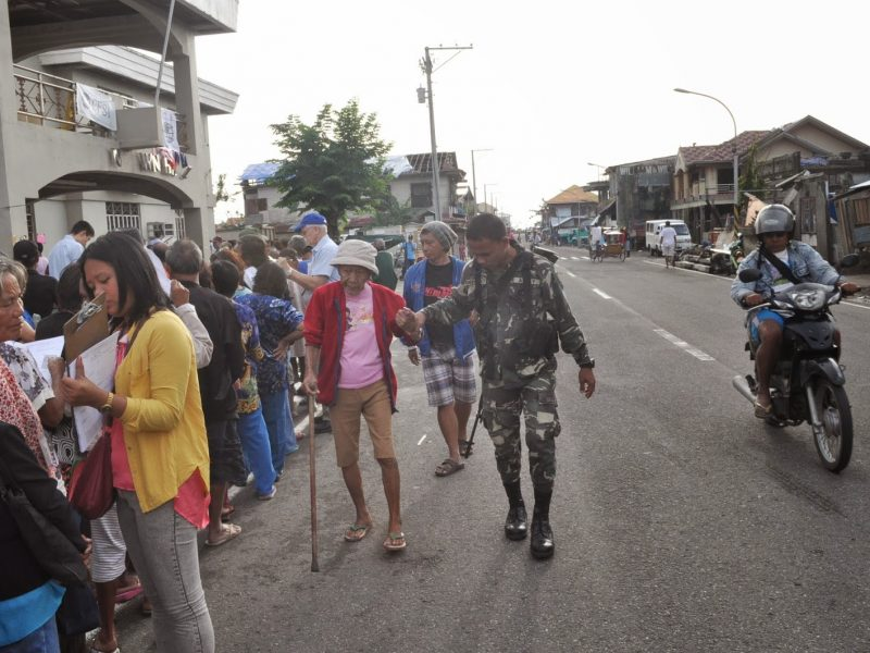 Tanauan crowd with army
